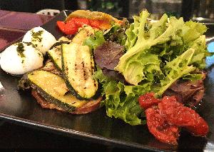 Assiette végétarienne du restaurant et pizzeria Pop's - Paris
